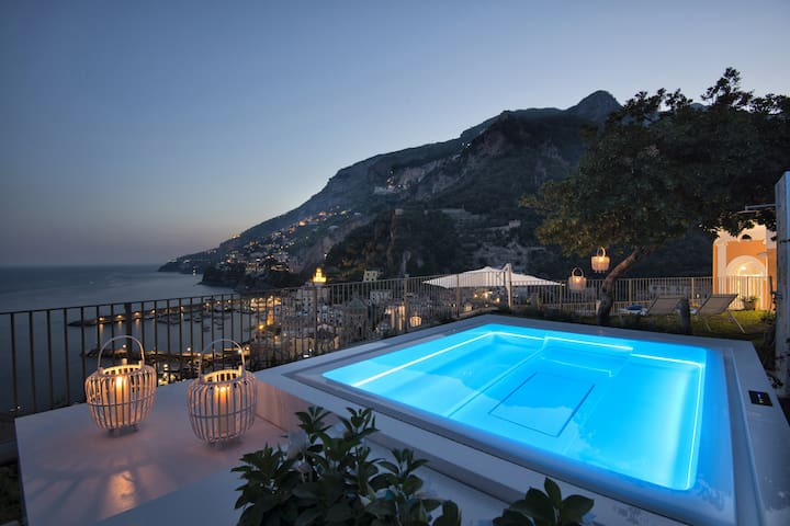 Palazzo Casanova with Sea View, Jacuzzi, Terraces, Breakfast and Air Conditioning