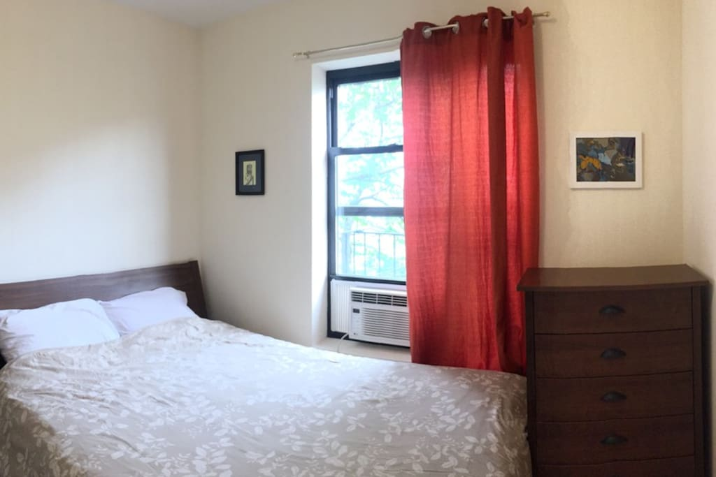 Main bedroom, queen size bed, air conditioning