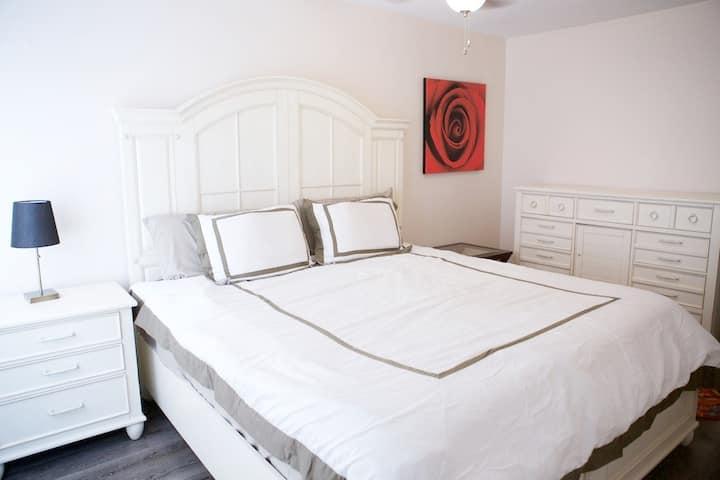 Comfortable 2 Bedroom/ 1 Bath- Walk to Shands / UF