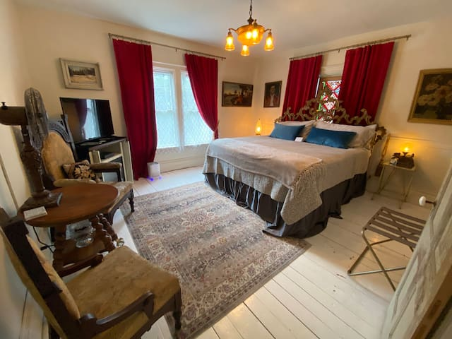 Private Whole Apartment in 1875 Home. King Bed