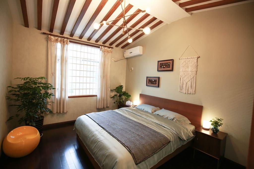 次卧 Third bedroom | 民族风风格装饰,1.8m大床及挑高吊顶,软硬适中的舒适床垫,全套野兽派高端床上用品