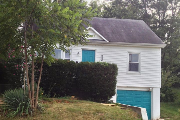 Cute two story near downtown - Jefferson City - House