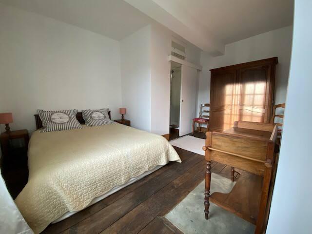 Chambre 2: lit double 160x200, petite coiffeuse/bureau), 2 chaises, accès sdb privative