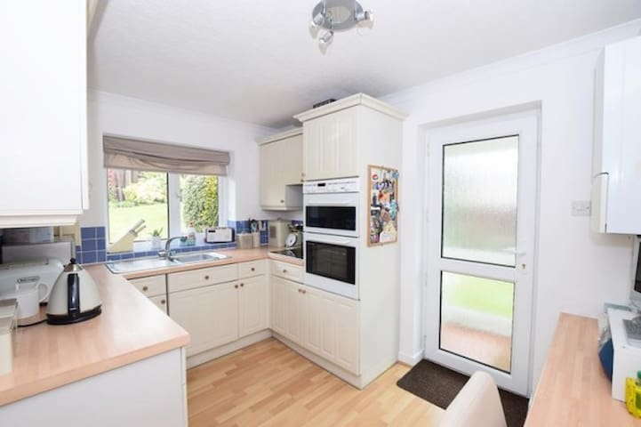Room in quiet bungalow close to Douglas - Onchan - Bungalow
