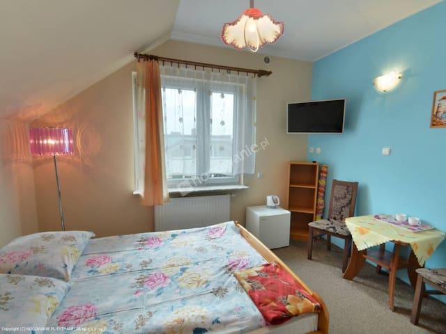 Pokój 2 osobowy z łożem, lodówką, tv, łazienką