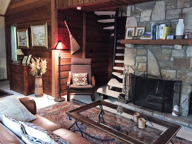 Charming 2BR in Hogback Mountain