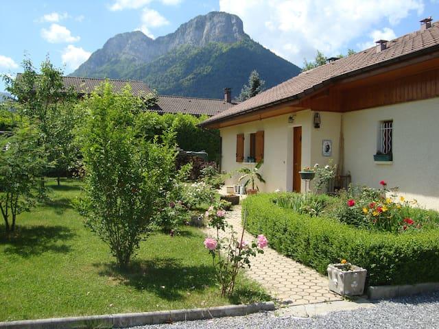 Belle maison entre lac et montagne
