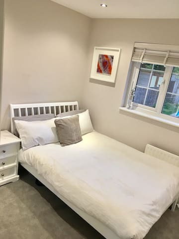 Large private room in borehamwood - Borehamwood - House