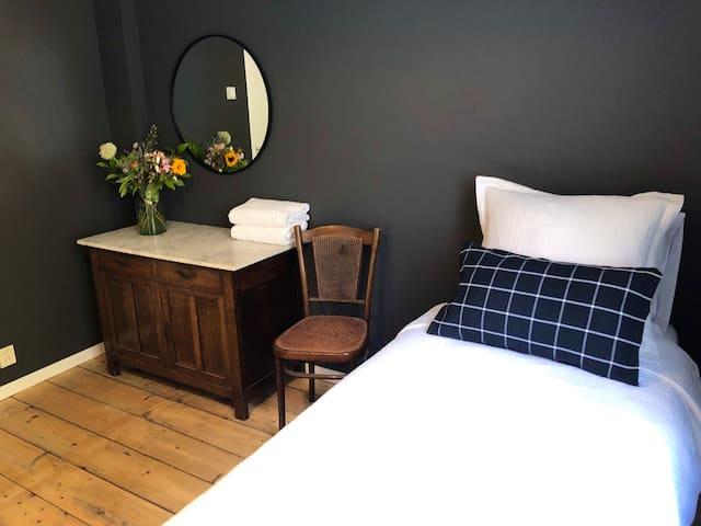 2nd bedroom - 2 x single bed set-up