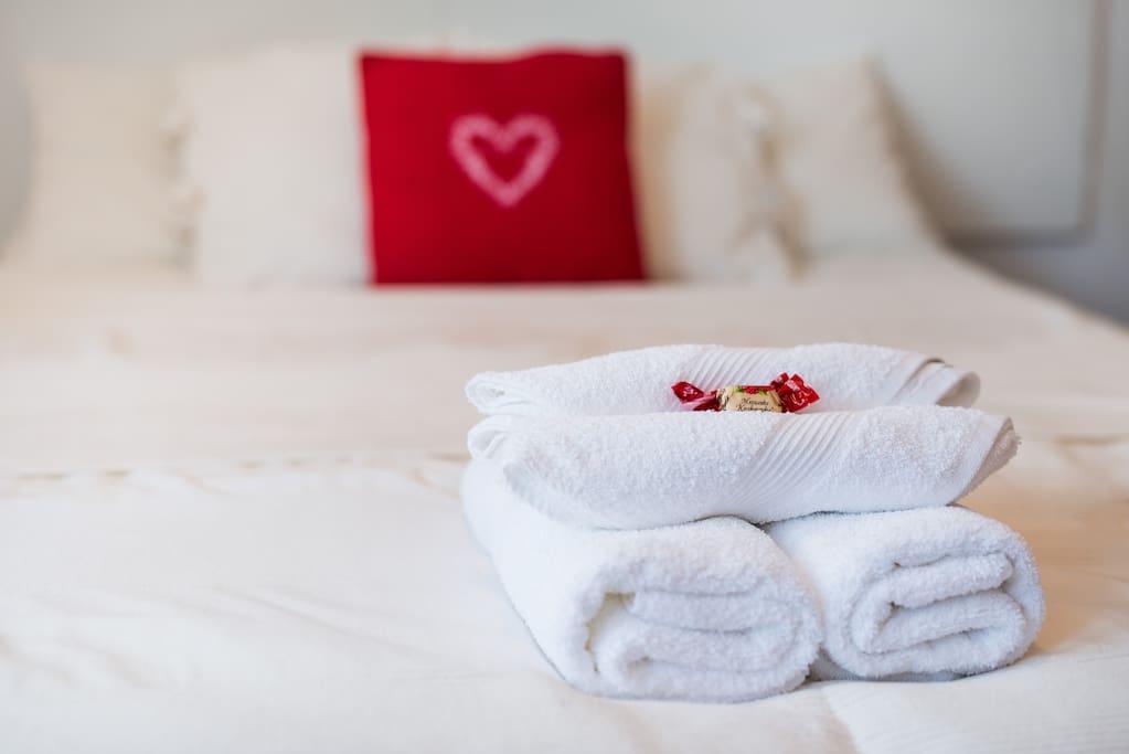 Łóżko, ręczniki, słodycze