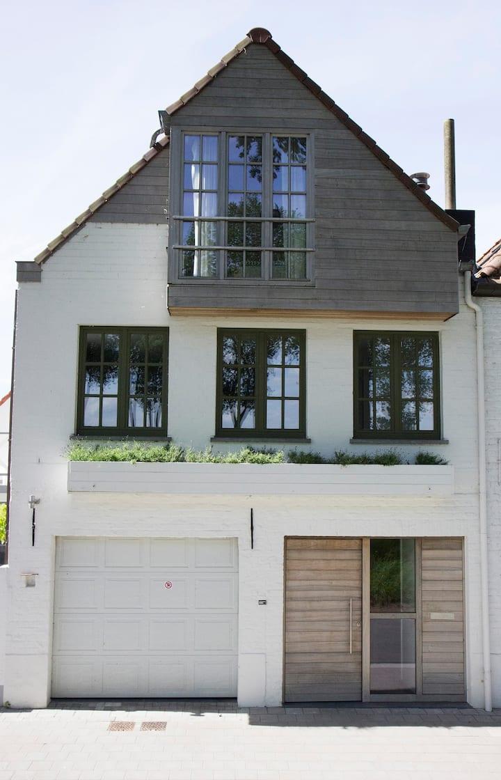 Charming house along Damse Vaart