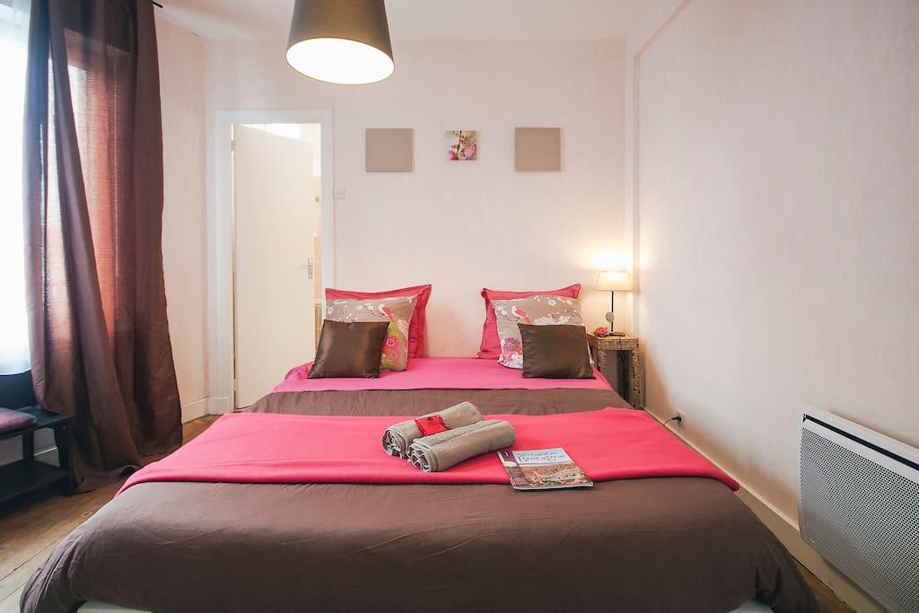 La chambre, lit de 160 et couette ( comme à la maison ;)