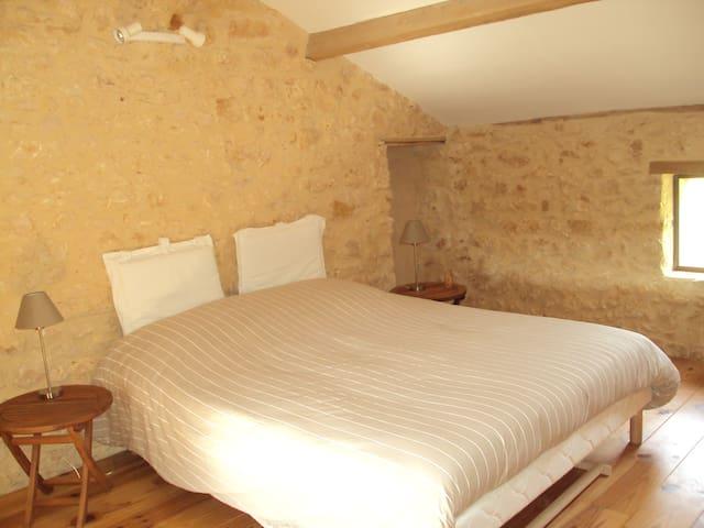La chambre à l'étage. Lit double 160x2m. Climatisation