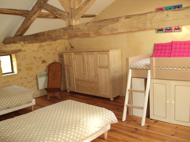 La chambre avec 3 lits simples 90x2m.