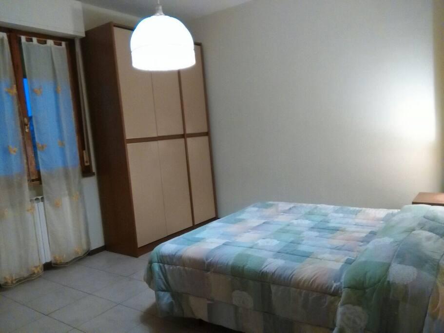 Camera matrimoniale  - affacci su cortile condominiale interno - bagno esclusivo