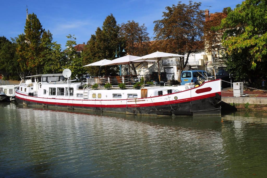 Alongside in the port of Moissac.