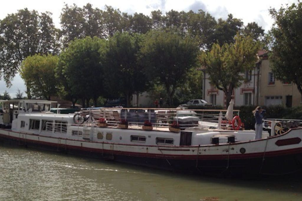 Negotiating the port of Moissac.