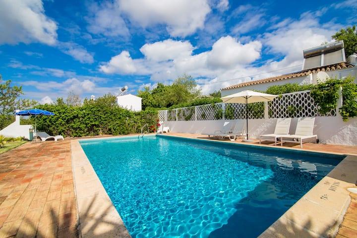 Beautiful Algarve villa sleeps 6 with private pool
