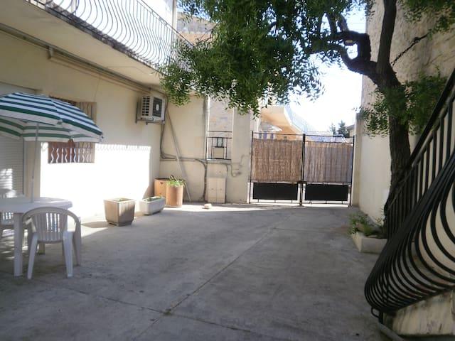aprt en rez ch sur cour privative - Nîmes - Apartamento