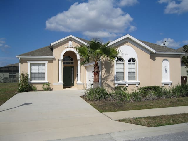 Beautiful pool home close to Disney and golfing! - Haines City - House