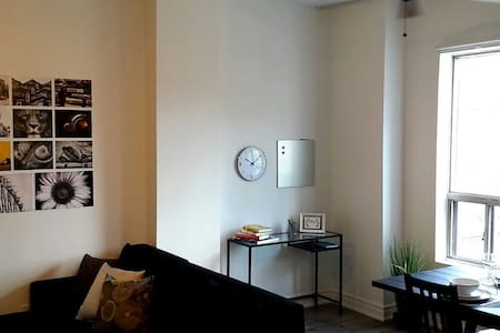 A Bright & Modern Apt - Centrally Located! - Toronto - Apartment