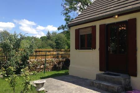 Charmante petite maison de 40m2 - Chambon-sur-Lac - Huis