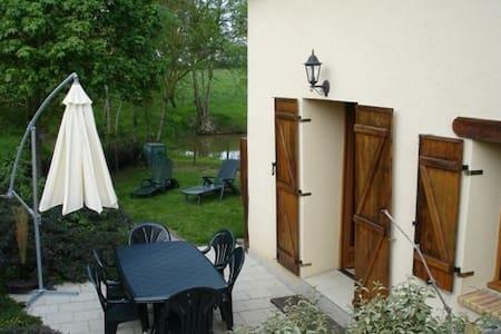 Maison à la campagne avec étang   - Le Louroux-Béconnais