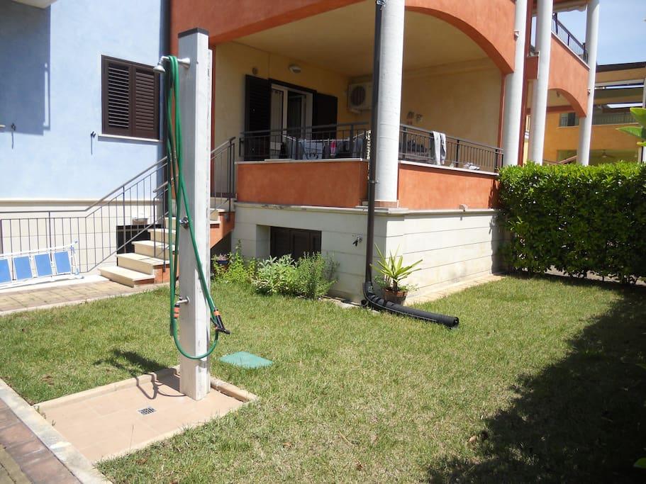 Piccolo giardino con doccia esterna, loggia, ingresso abitazione
