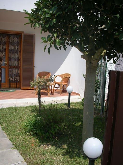 altra veduta ingresso principale con giardino