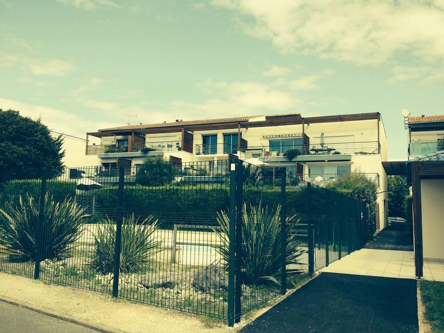 L'appartement est au deuxième étage avec un store ; juste au dessus de la piscine.
