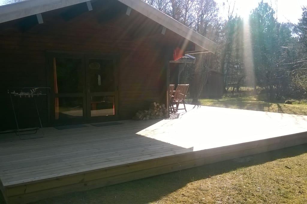 Ny, større terrasse i forårsmorgensol