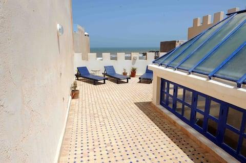 La terrasse avec vue sur mer et ses quatre transats bleu