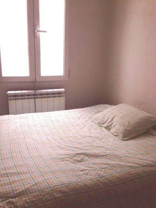 Habitación tranquila y luminosa al atardecer.