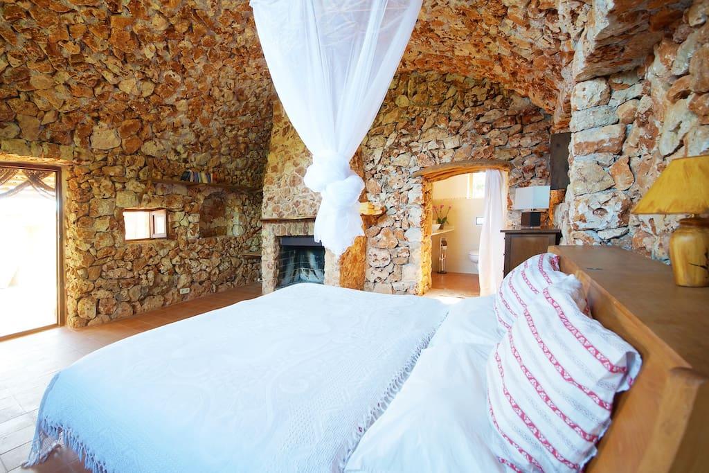 Innengewölbe aus Stein mit Kamin