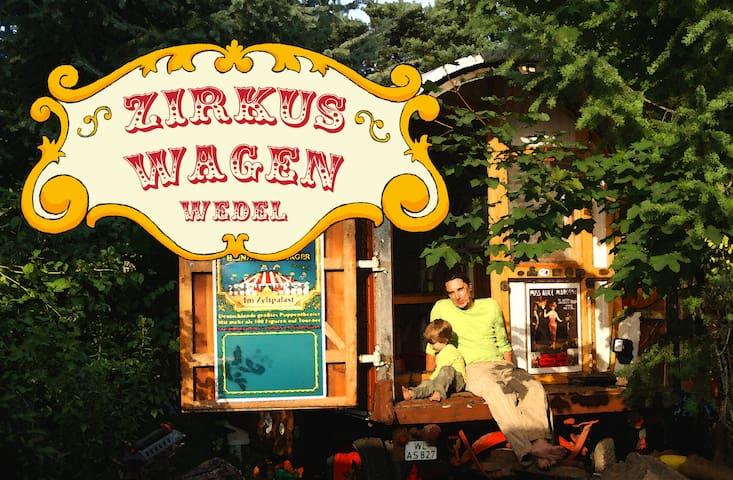 Zirkuswagen zwischen Elbe und Stadt