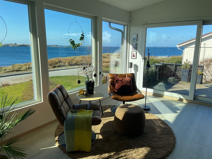 Hus ved havet - fantastisk utsikt og stor hage