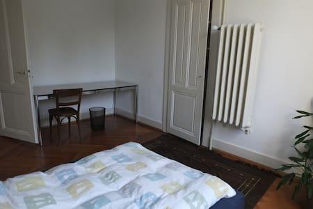 Une chambre dans un immeuble de XX - Vevey