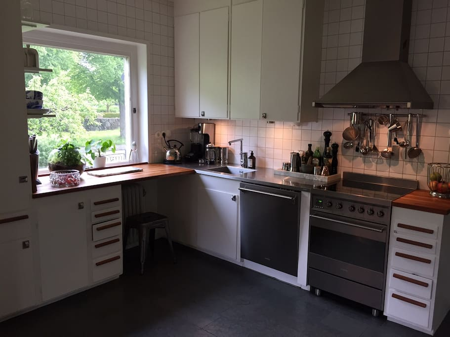 Fully-equipped kitchen with dishwasher, microwave oven etc etc
