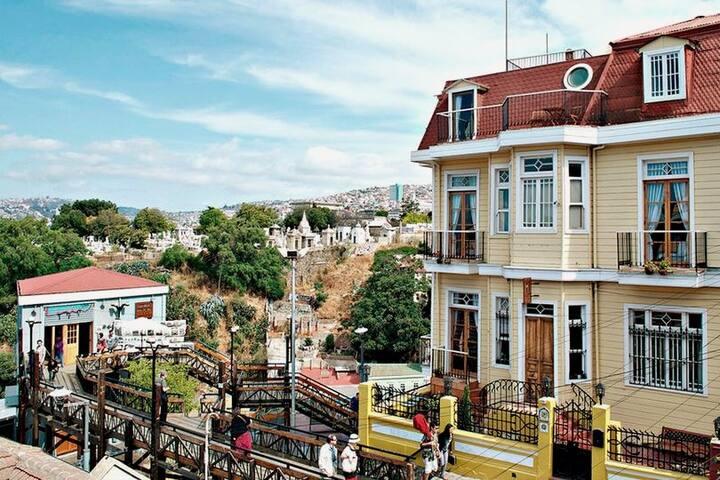 Hotel en Cerro Alegre con Desayuno para 2