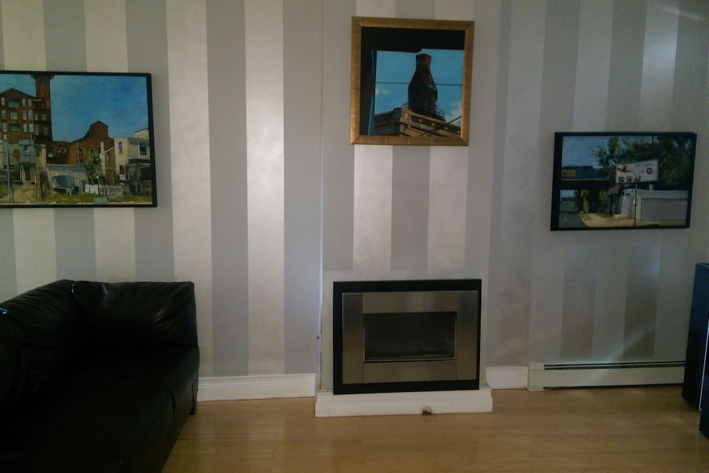 Living area, Cable tv, nicely decorated, stereo, fireplace