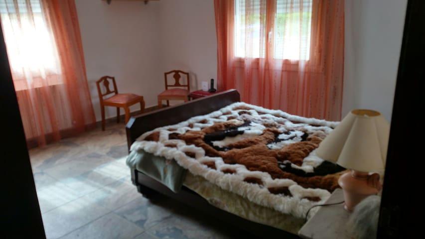 Habitación con cama doble confortable