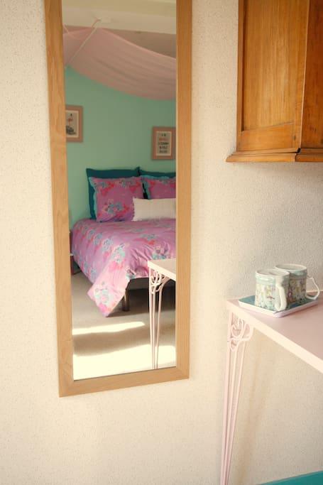 Chambre spacieuse et lumineuse, lit double 140 + banquette-lit simple, vue sur le jardin, coin lavabo