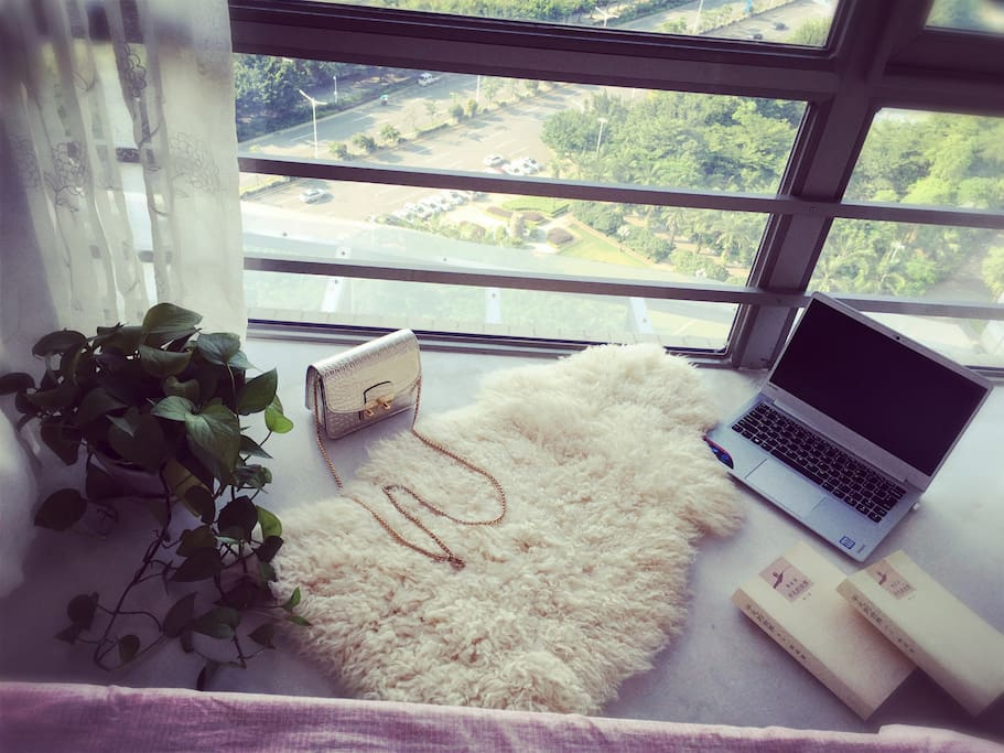 如果你想发发呆,看看书,这个飘窗是个不错的位置,还可以眺望窗外的湖景让你的身心彻底的平静。
