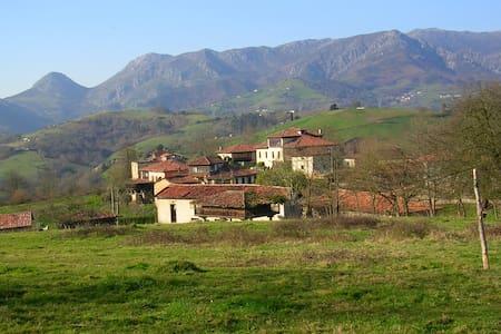 Casona asturiana en 7000mts finca - Arriondas - Dům