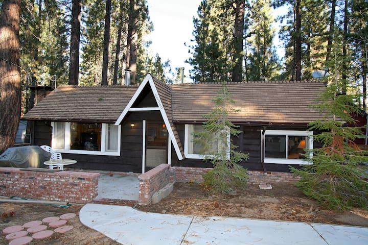 Cozy Bears Den: Walk to the Lake! - Big Bear Lake - House