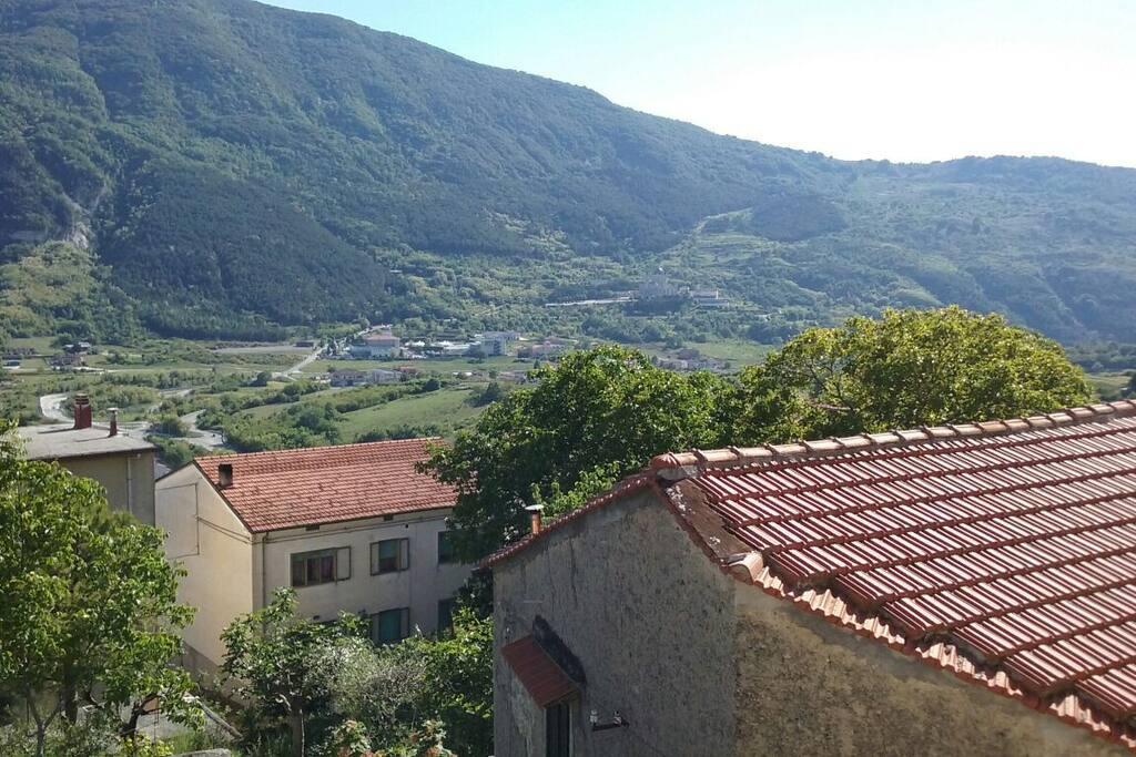 Vista sullo sfondo Monte Patalecchia (1400 metri slm)