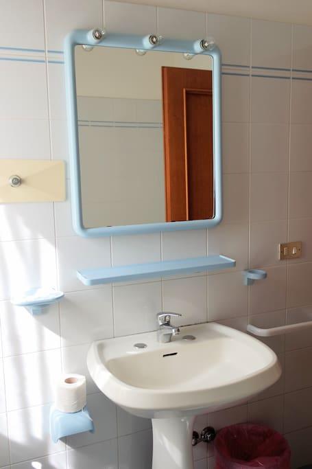 Il lavandivo del primo dei due bagni