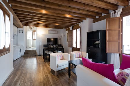 2B Central, cozy, AC and roof terrace