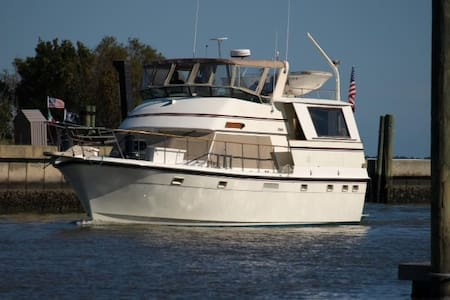 Luxury Yacht docked on Waterfront - Manteo