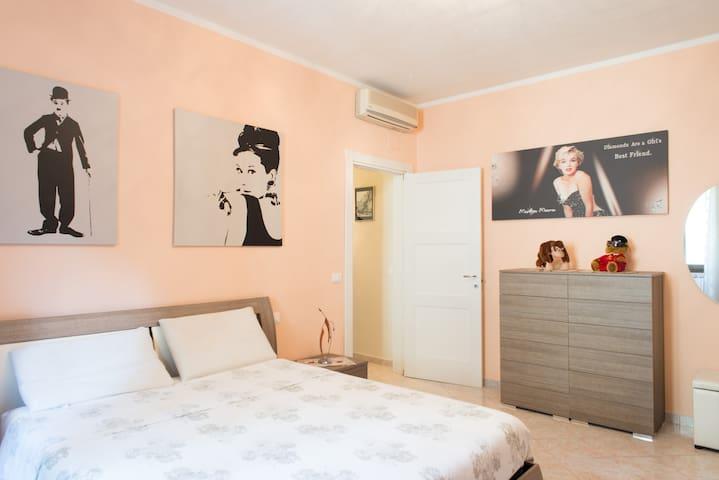 Camera da letto ampia con aria condizionata